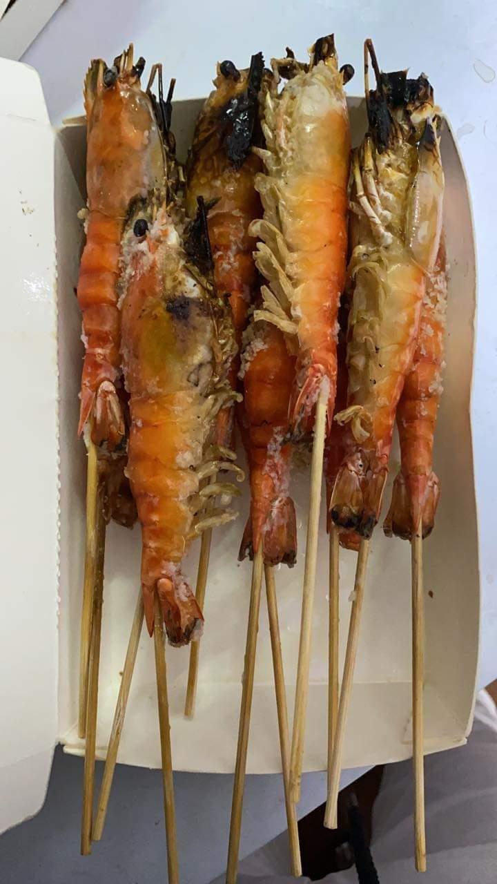 奧客不滿買6斤蝦烤後剩3斤,老闆全額退費才發現被坑。圖片來源/爆怨公社