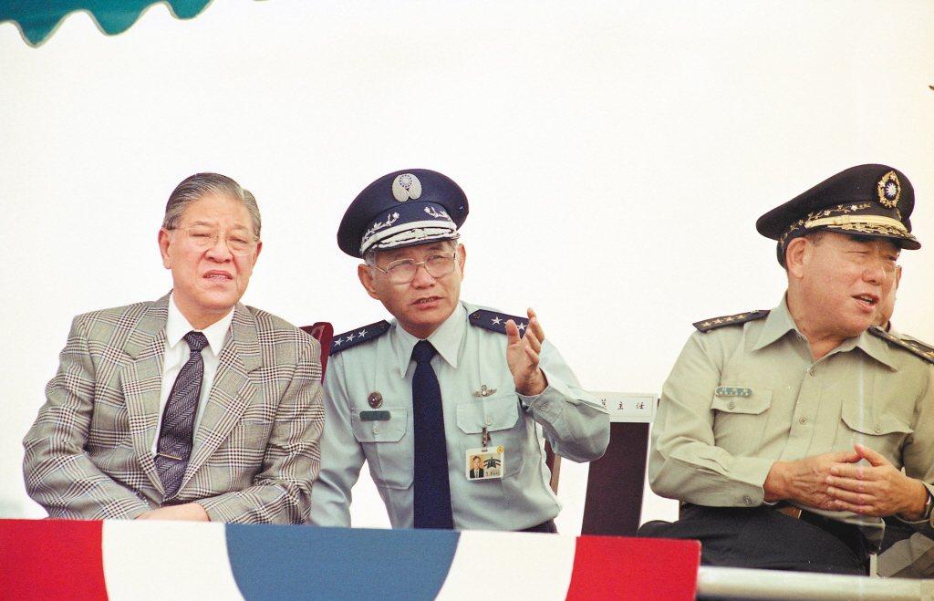 1989年,IDF在台中清泉崗基地試飛,華錫鈞上將(中)向李登輝總統介紹戰機。 圖/聯合報系資料照