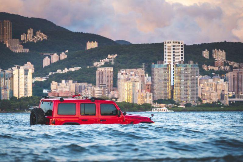 紅車因漲潮卡在淡水河中。圖/張逸帆授權使用