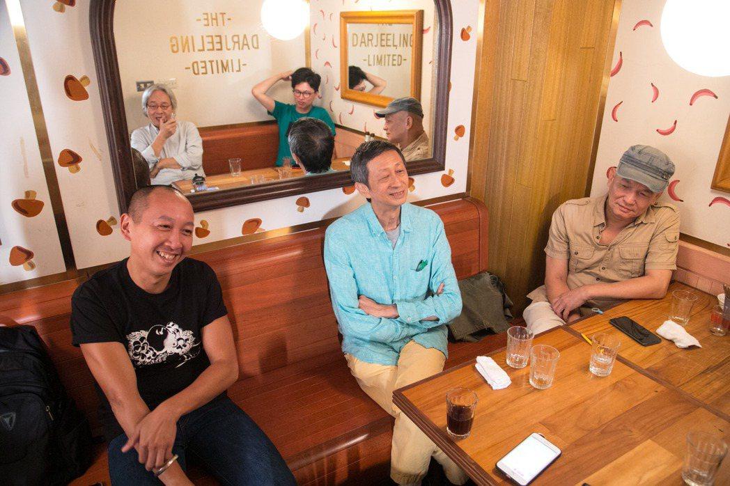 舒國治(中)與新朋舊友在台北小聚,左為陳陸寬、右為楊澤,(鏡中友人)左為馮光遠、...