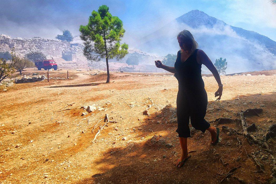 火勢迅速擴散,消防單位立即緊急疏散遺址園區內的遊客,同時出動了9部消防車、2架飛...