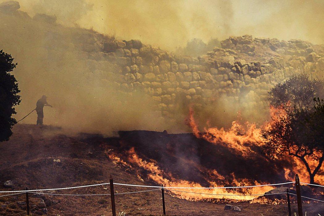 30日在遺址附近出現野火燃燒,兇猛火勢擴散,一度讓這座文明古城陷入火海吞噬的危機...