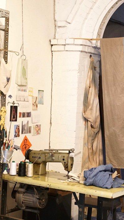 工作室裡的工作桌、裁縫車都是朋友用不著後送她的,名片設計是她用布作品和設計師朋友...