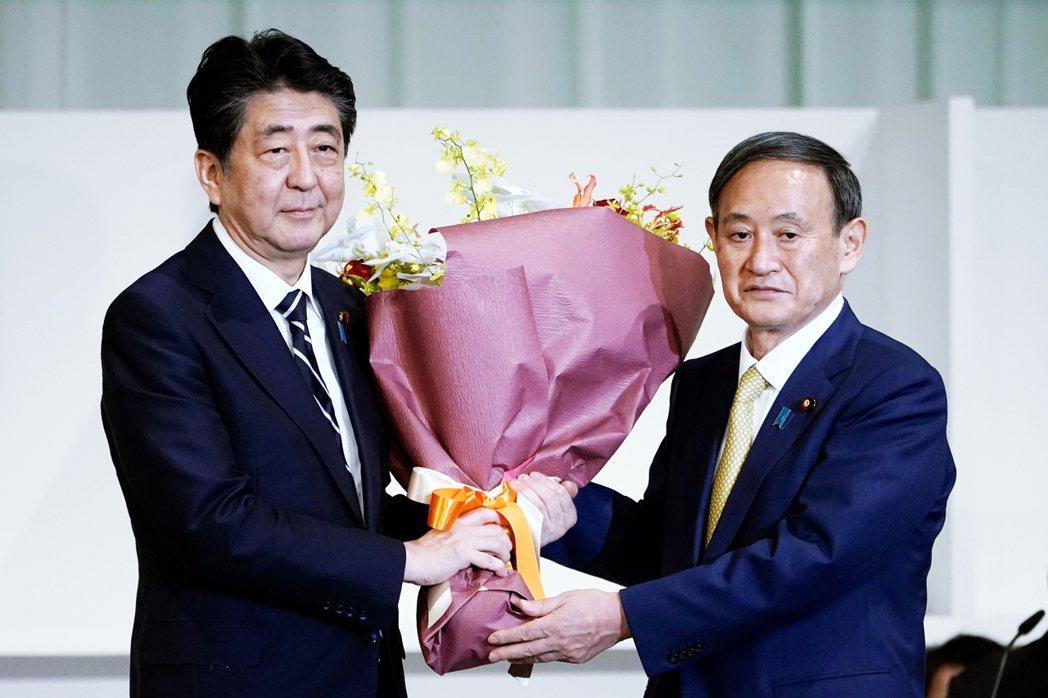 「真是辛苦您了!』在確認當選成為新一任自民黨總裁後,菅義偉也在眾人催促下捧著鮮花...