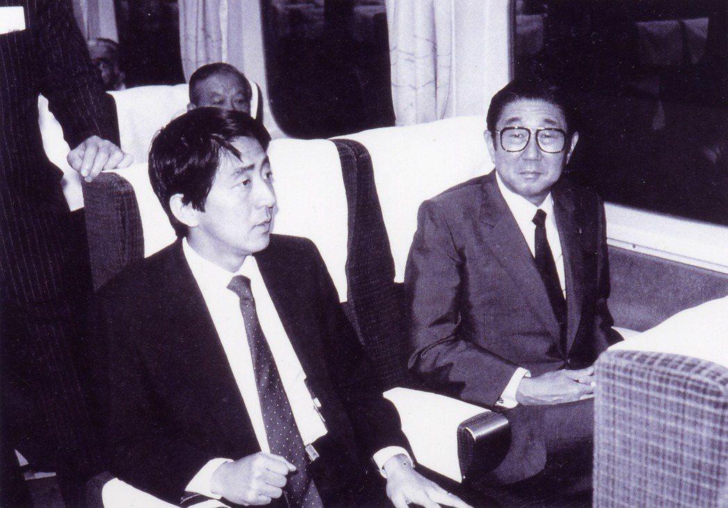 1982年父親安倍晉太郎(右)就任外務大臣,但並非讓長子安倍寬信繼承政治路,而是...