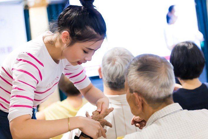 克蘭詩資助中華民國類風濕性關節炎之友協會、舉辦公益講座、教導病友居家按摩手法以紓...