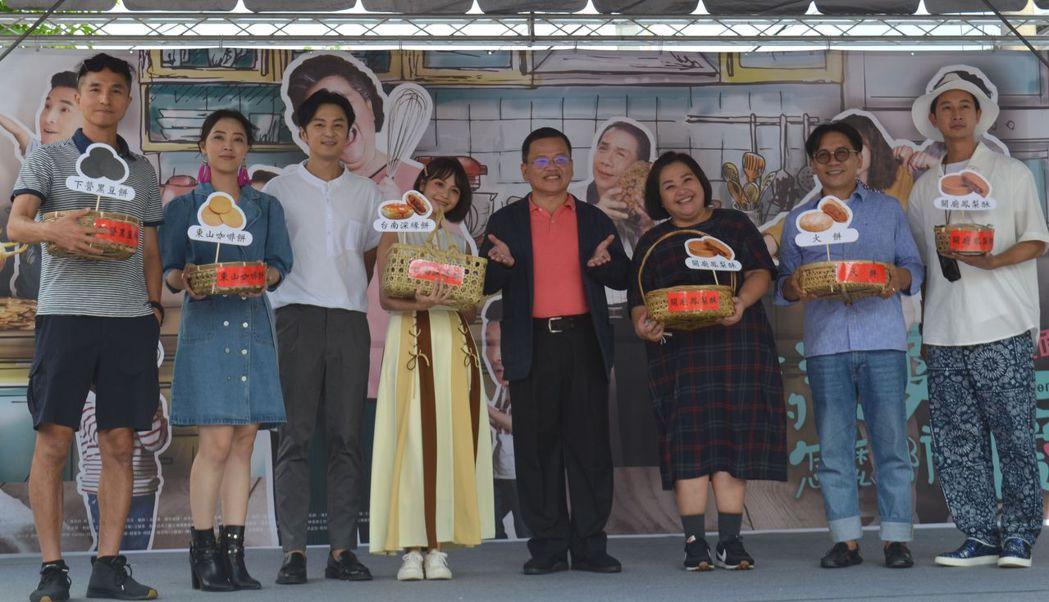 林昭圍董事長贈送演員深緣餅、婆婆餅、火餅以及代表收視大發的招牌鳳梨酥後合影。 ...