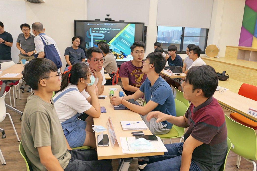 成功大學共有6個團隊入選此課程,技術主題包含微型牙科降塵裝置、智慧健促服務系統、...