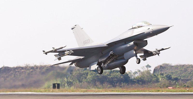 圖為我既有的F-16V今年一月進行輕觸地面再拉高起飛的訓練。 圖/聯合報系資料照片