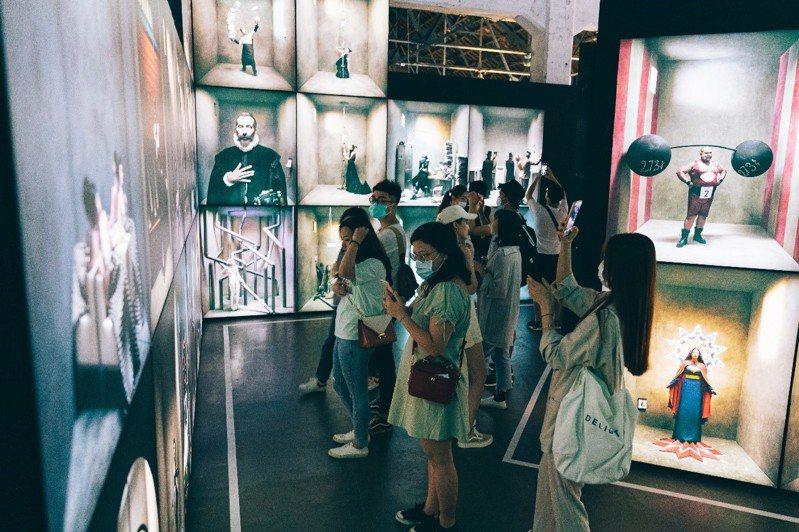 展覽現場展出167座攝影巨型燈箱,超現實攝影作品引發好評。圖/聯合數位文創提供