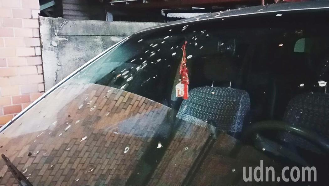 最近台東市安慶街、中華路、新生路上的電纜線停滿南遷的家燕,路邊不少汽機車遭家燕糞...