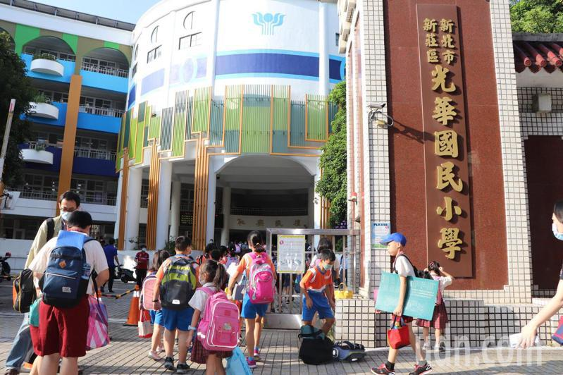 開學日,小朋友上學去。記者吳亮賢/攝影