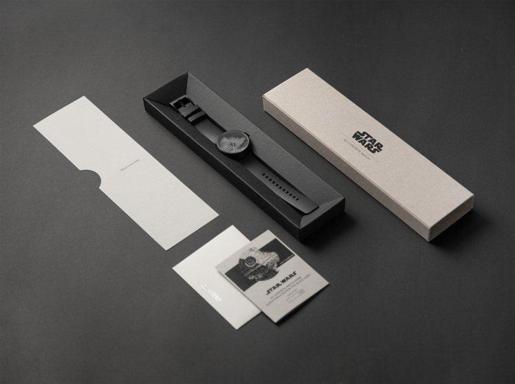 長方形的表盒並附保卡,22STUDIO為手表提供了一年保固、終身維修。圖/22S...