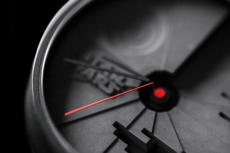 紅色的指針像是黑武士的紅色光劍般,揮掃過冷酷孤寂的時間舞台。圖/22STUDIO...
