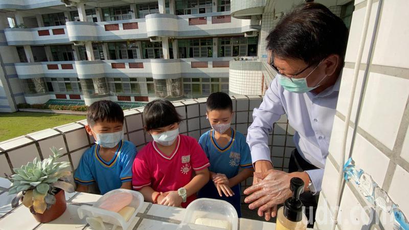 屏東縣長潘孟安今一早到屏東市民和國小了解校園開學防疫工作整備情況。記者劉星君/攝影