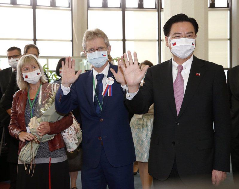 捷克參議院議長韋德齊伉儷(中及左)率團抵達桃園機場,外交部長吳釗燮(右)在國賓門口迎接。聯合報系記者陳嘉寧/攝影
