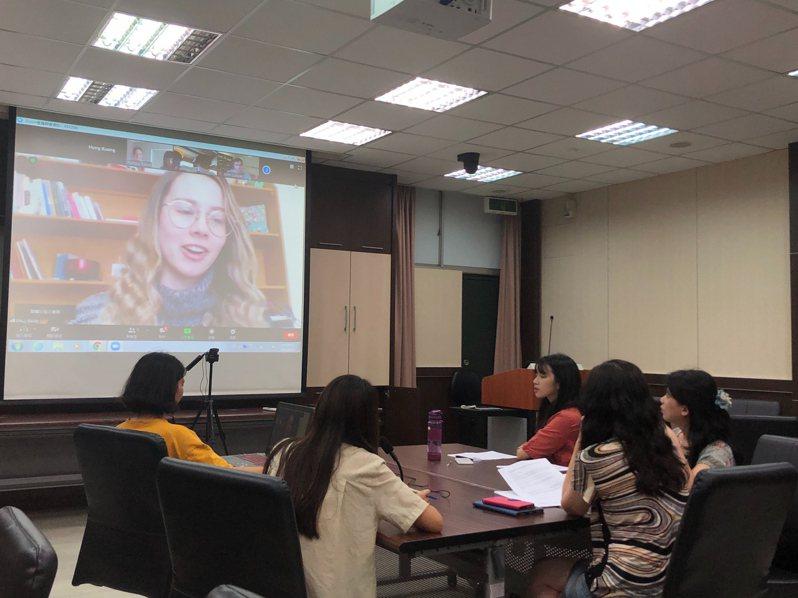 弘光科大護理系師生與日本、澳洲大學視訊交流疫情下的學習經驗。記者余采瀅/攝影