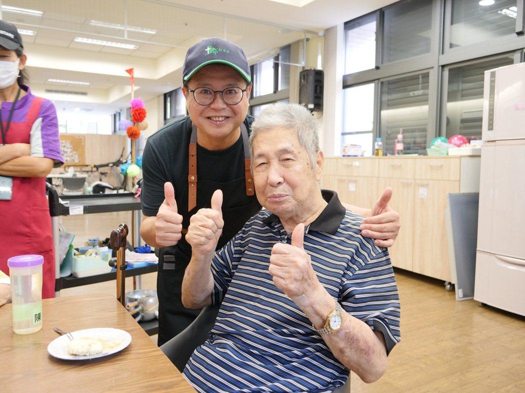 賈漢生(左)到偏鄉指導長輩們烘焙。圖/門諾基金會提供