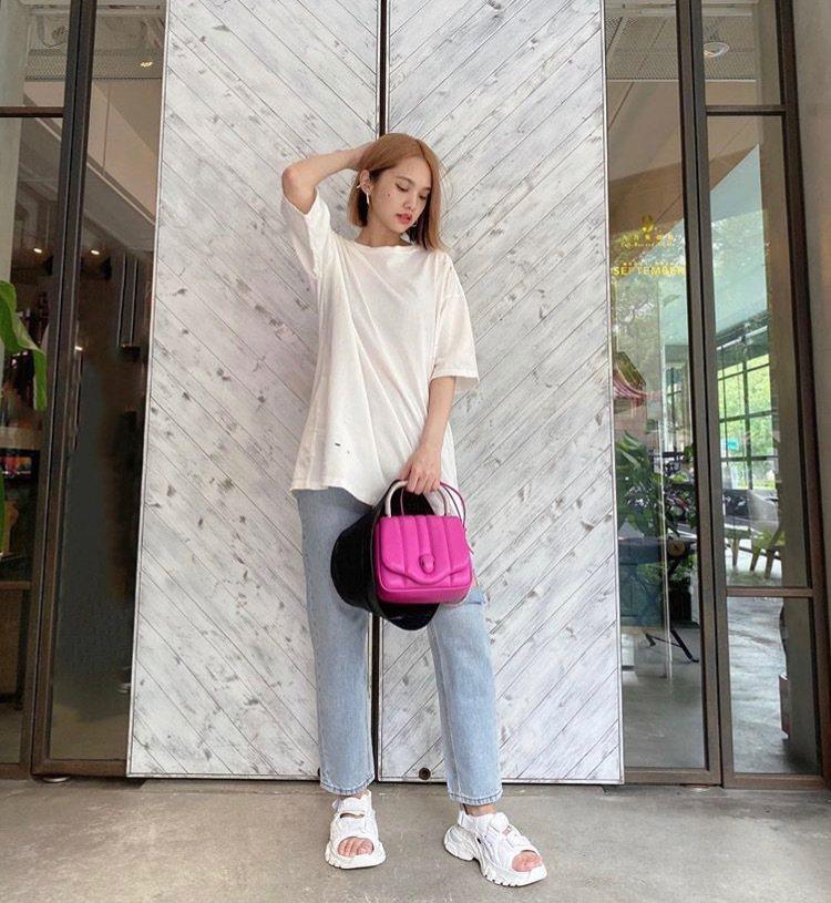 楊丞琳在IG發布的穿搭照,手上桃紅色的AMBUSH X BVLGARI手提肩揹兩...