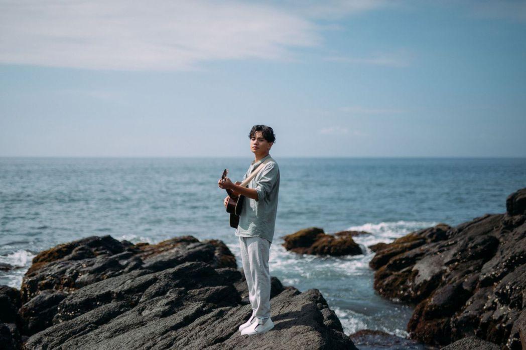 楊肅浩把失戀心情化為歌詞,寫出「到這為止」一曲。圖/典選音樂提供