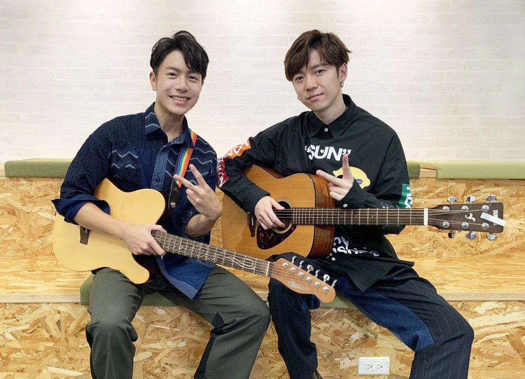 蔣卓嘉(右)跟韋禮安進行情歌圈粉比賽。圖/索尼音樂提供