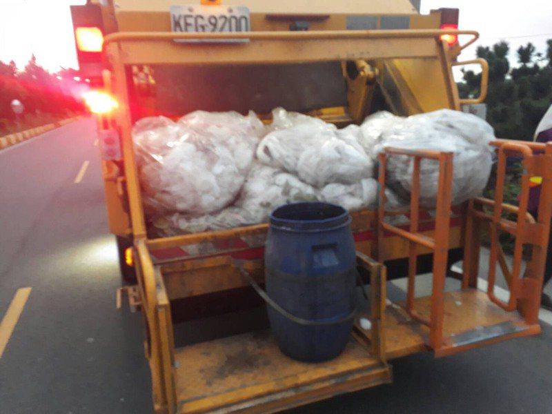 溪州鄉公所垃圾車載滿芭樂保麗龍套袋。圖/溪州鄉公所提供
