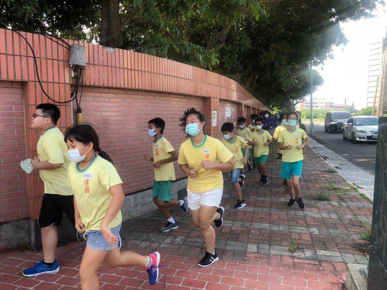 今天開學日,台中市清水區建國國小今天舉辦「I  Running向前跑活動」。圖/建國國小提供