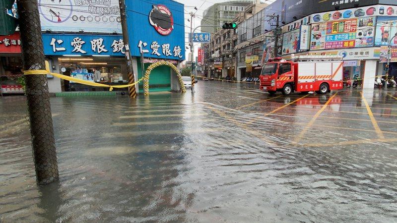 彰化縣今年5月間一場豪雨造成員林市區靜修路、員林基督教醫院一帶淹水,甚至有車輛拋錨,連警消都出動圍起封鎖線。圖 /資料照,民眾提供