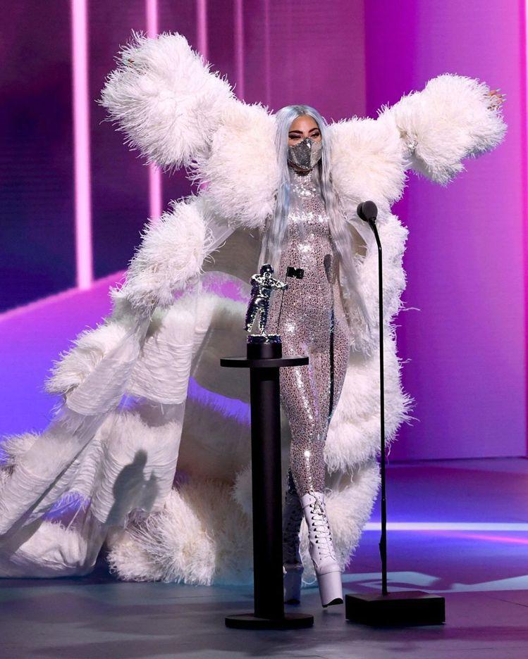 Valentino秋冬高訂系列的一襲白色羽毛曳地大衣和亮片連身褲。圖/摘自IG