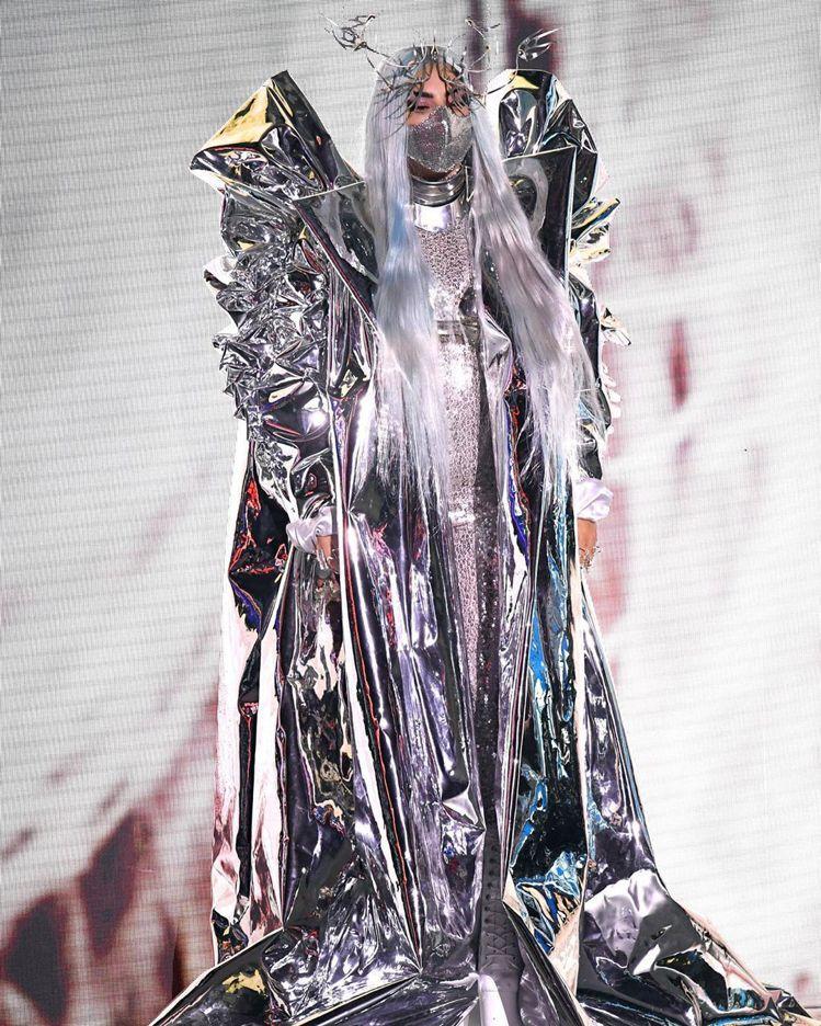 稜角分明的Candice Cuoco銀色大衣配Maisonmet口罩則是呈現出銳...