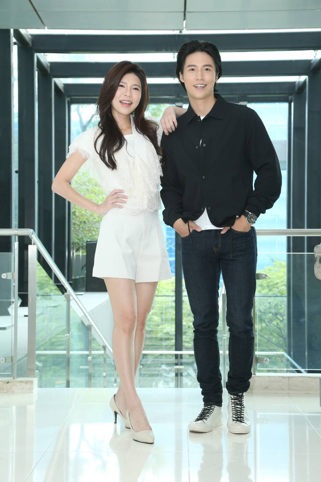林禹(右)與張懷媗為宣傳「戲說台灣-新娘神救姻緣」出席記者會。記者陳立凱/攝影