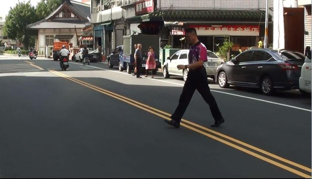 行人跨越雙黃線闖越道路違規圖。圖/彰化縣警局交通隊提供