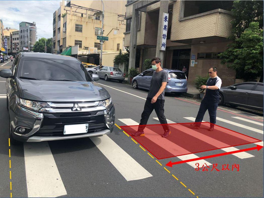 警方維護路口安全,將加強取締不停讓行人行進方向3公尺以內汽機車。圖/彰化縣警局交...