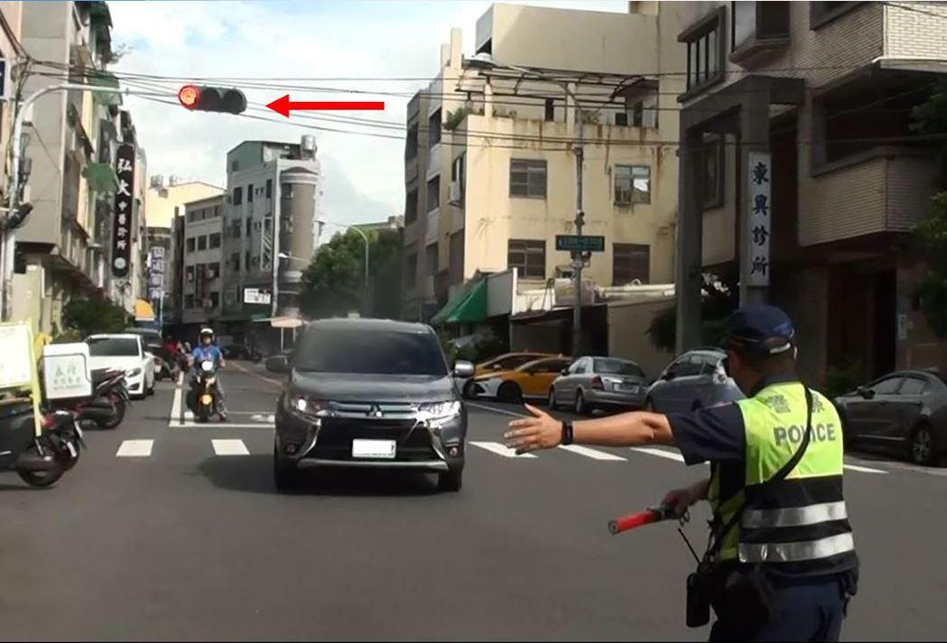 警方明天起將加強取締闖紅燈汽機車車輛。圖/彰化縣警局交通隊提供