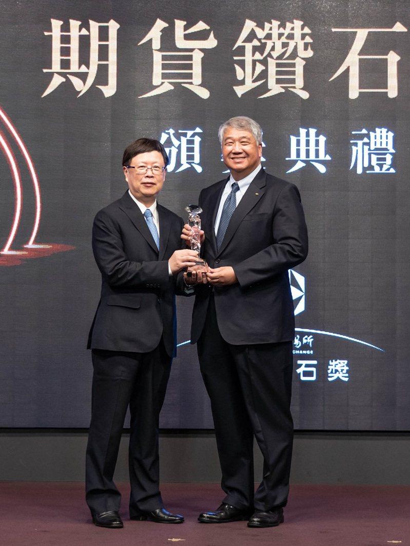 (左)期交所吳自心董事長,(右)元富證券董事長陳俊宏  元富證券/提供
