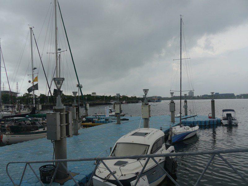 高雄遊艇製造業發達,但興達港遊艇休閒產業卻一直無法蓬勃發展,高雄市議會環境變遷小組今天安排考察行程。記者徐白櫻/攝影