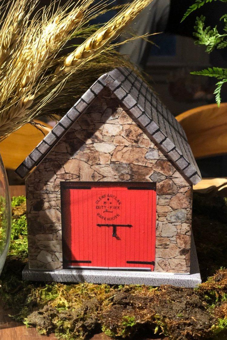 記者會桌上擺設紅門酒窖模型,非常可愛。記者/高婉珮攝影。。提醒您:禁止酒駕 飲酒...