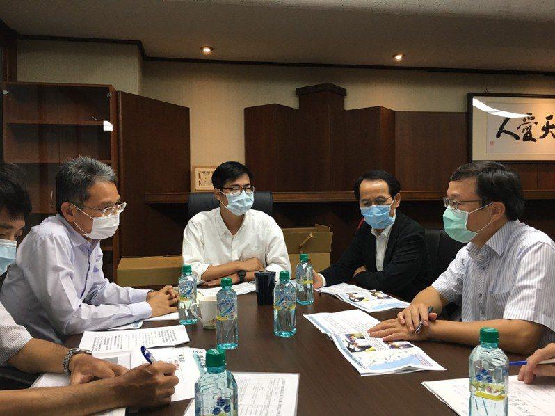 水利署長賴建信(左一)今到高雄與高雄市長陳其邁(左二)等人討論治水問題。圖/高雄市水利局提供