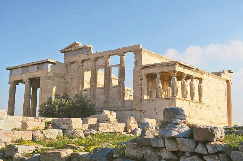 艾雷克提歐神殿下方的那棵橄欖樹,據說就是當年雅典娜長矛一揮,從石縫裡迸出來的。照片提供/王溢嘉