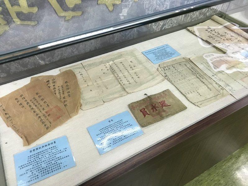 新店文史館即日起推出「『約定』的開發歷史與數位學習體驗活動」,除了古地契,現場還展出許多老文物。圖/新北市文化局提供