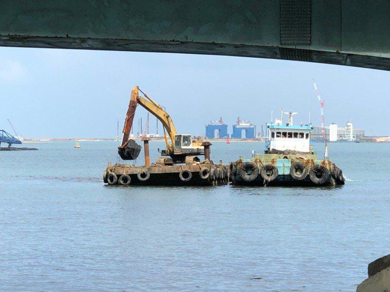 紅水仙溪出海口處淤積嚴重,航港局及港務公司已啟動清淤工程,預估年底完工。圖/洪孟楷立委辦公室提供
