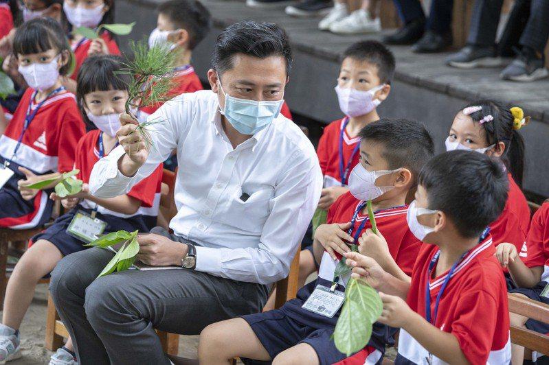 新竹市長林智堅昨天化身「小智老師」,陪伴小小新生走進新竹公園觀察昆蟲標本。圖/新竹市府提供