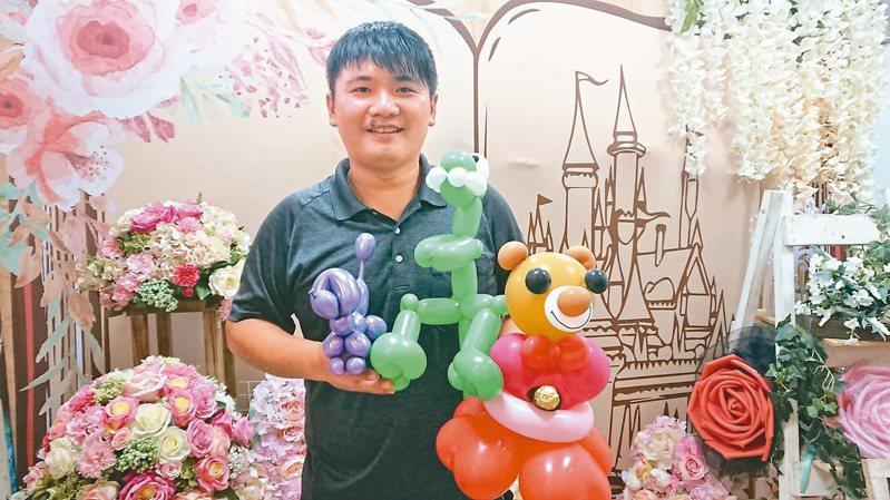謝長純童年就與氣球結下不解之緣,在家人支持下,經營活力氣球坊。記者簡慧珍/攝影