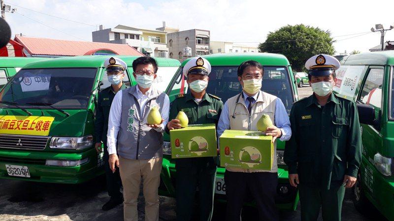 台南郵局協助農民促銷文旦,直接到產地設點,就近收寄文旦包裹,市長黃偉哲(右二)盛讚。記者周宗禎/攝影