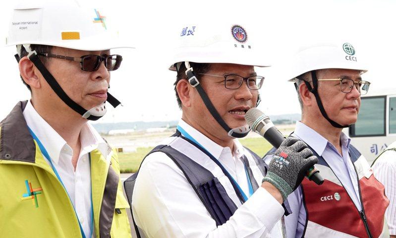 交通部長林佳龍(中)表示,將再籌措十六億元預算,將國旅補助「安心旅遊」方案朝著延長至十月底來努力。記者陳嘉寧/攝影
