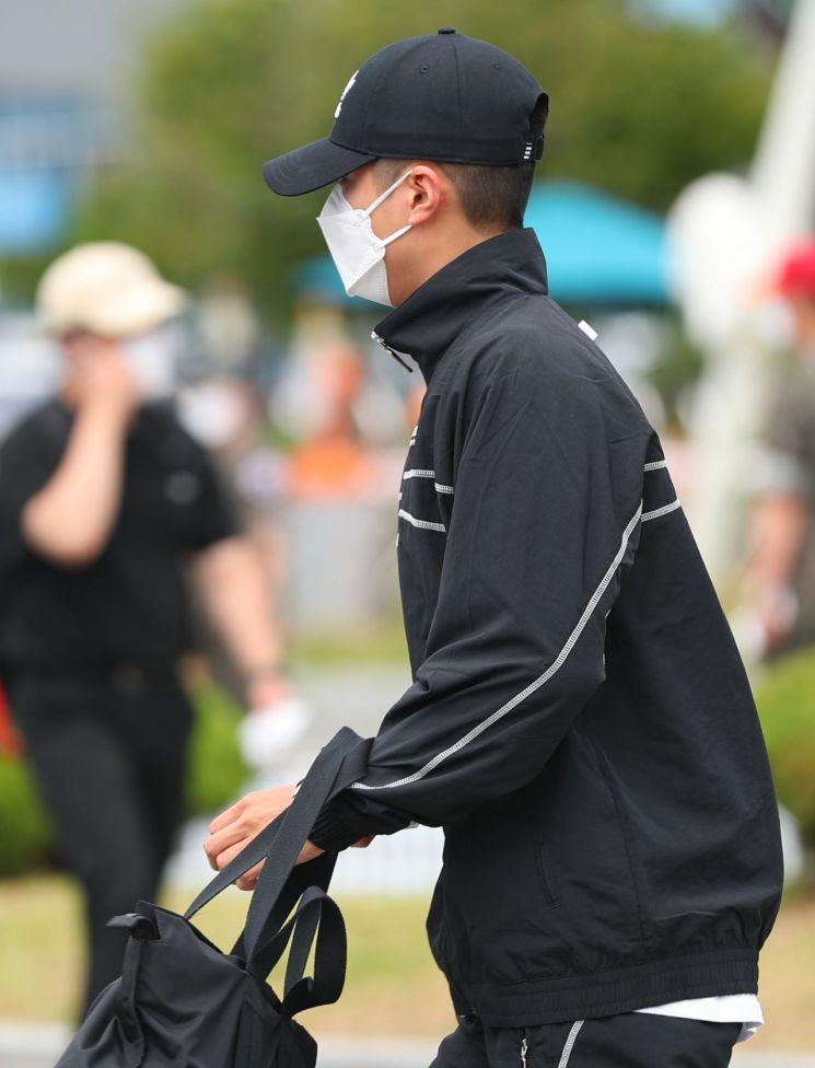 男神朴寶劍今穿著一身黑裝正式入伍。圖/摘自News culture