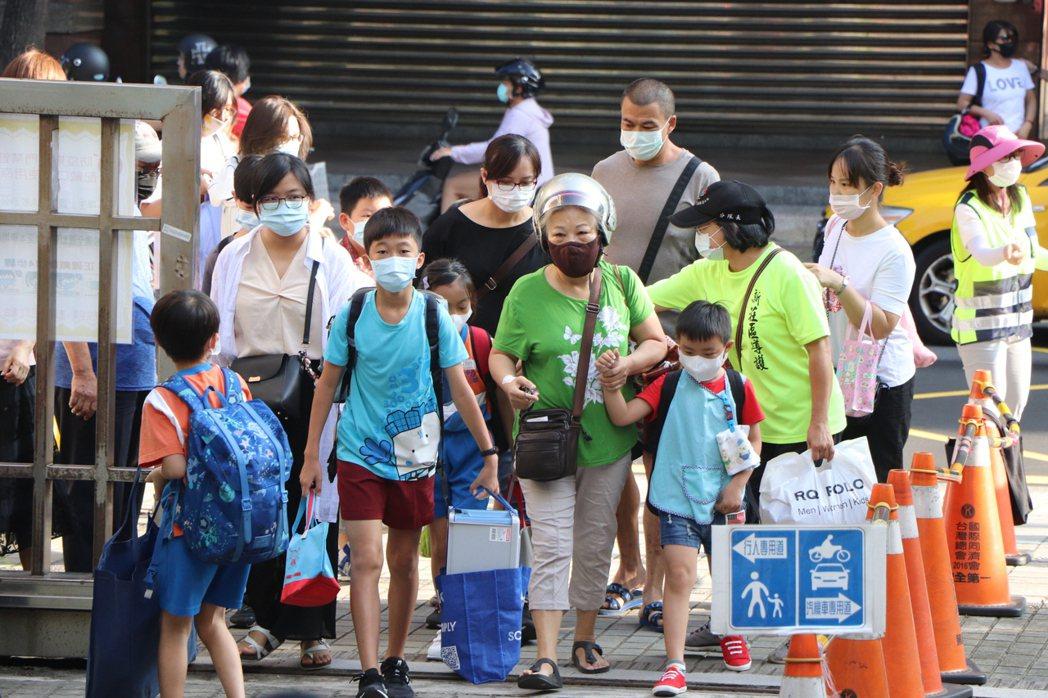 開學首日,家長趕著送小朋友上學。記者吳亮賢/攝影