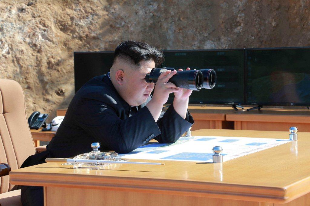 北韓的核計劃是東北亞、乃至整個亞太地區政治穩定的最嚴重威脅之一。圖為北韓領導人金正恩觀看火星14彈道飛彈試射。 圖/路透社