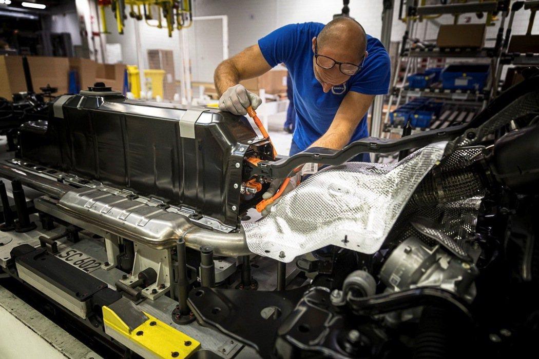 Volvo PHEV 先進雙能電動科技核心的鋰電池採模組化設計,當單一電池模組效...