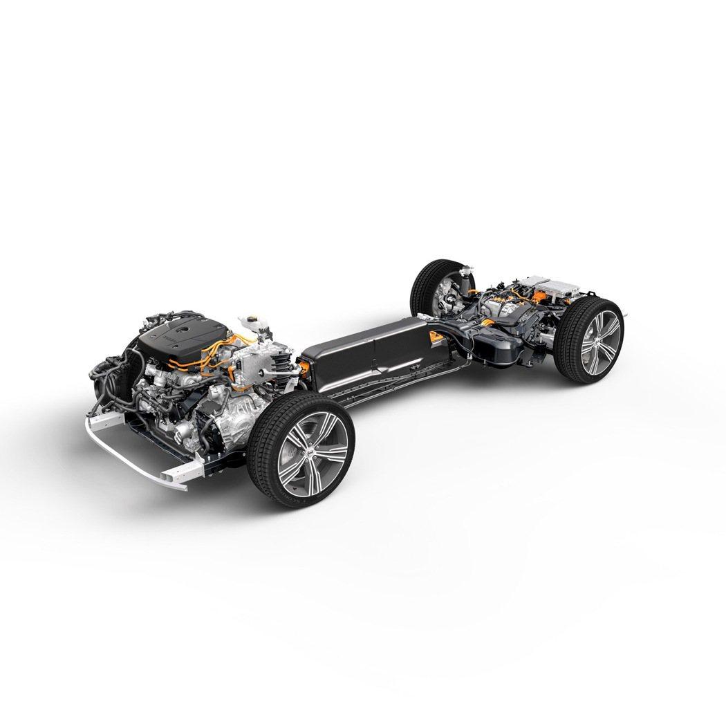VOLVO 原廠工程師特意將整座電池置於車體正中央,避免不幸事故發生時受到車體擠...